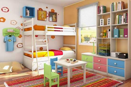 Doi copii si-un dormitor