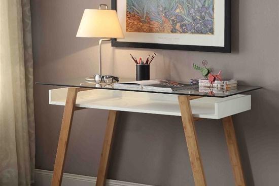 Inlocuieste vechiul birou cu o masa mica si cocheta