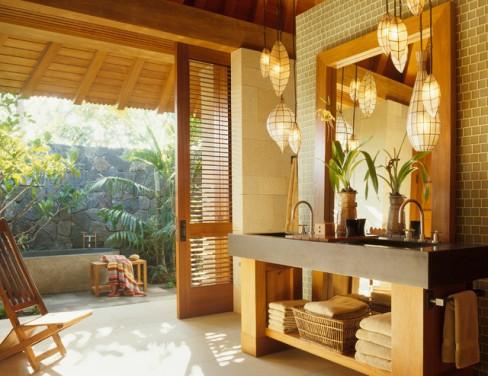 O baie cat mai aproape de natura, cu accente tropicale