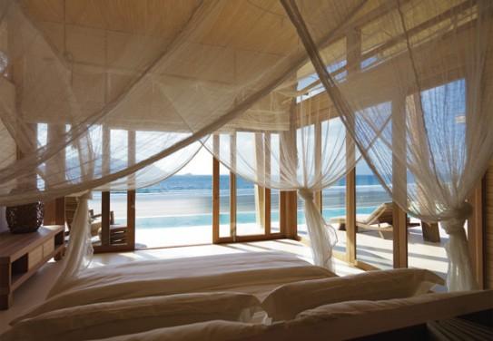 Dormitorul alb de la malul marii